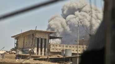 De la fumée s'échappe de la vieille ville de Mossoul après un attentat à la voiture piégée, le 19 juin 2017