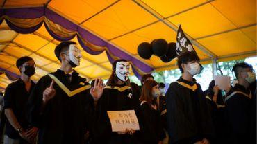 Des dizaines d'étudiants défient le 19 novembre 2020 à l'université chinoise de Hong kong (CUHK) la loi sur la sécurité nationale imposée en juin par Pékin après des mois de manifestations monstres dans le territoire semi-autonome