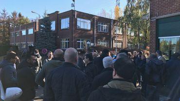 Le vote prévu ce jeudi à NLMK-Clabecq n'a finalement pas eu lieu, de nombreux ouvriers ayant préféré rejeter le référendum. La grève se poursuit. Le dialogue est au point mort.