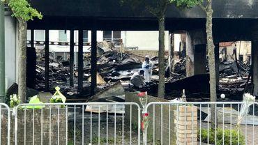 La police scientifique à la recherches d'indices dans les décombres de l'incendie