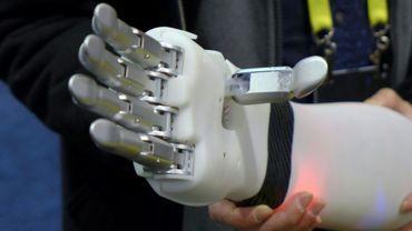 Prothèse de main capable d'interpréter les signaux envoyés par les muscles résiduels de l'utilisateur présentée par la start-up BrainRobotics au salon d'électronique CES de Las Vegas, le 7  janvier 2017