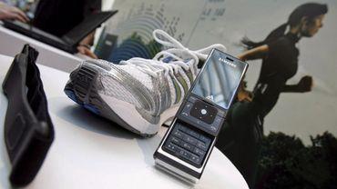 Cette chaussure et ce mobile sont équipés de capteurs. Des pirates pourraient s'y intéresser.