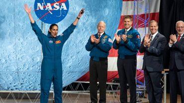 L'astronaute de la Nasa Jasmin Moghbeli lève les bras en l'air, le 10 janvier 2020 au centre spatial de Houston, au Texas.