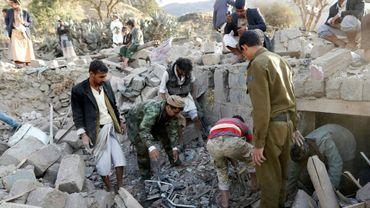 Des Yéménites cherchent des survivants dans les décombres d'une maison détruite lors d'une frappe aérienne de la coalition arabe menée par l'Arabie saoudite, le 1er février 2017 dans les environs de Sanaa