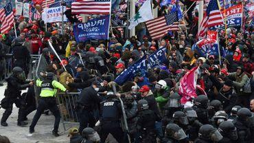 Des partisans de Donald Trump affrontent des policiers devant le siège du Congrès à Washington le 6 janvier 2021