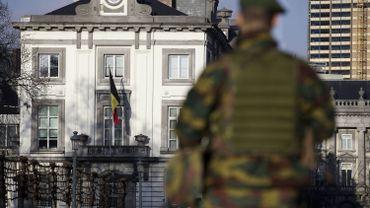 Un soldat en faction devant l'ambassade US à Bruxelles.