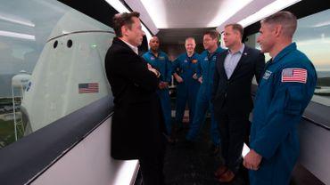Elon Musk, patron de Space X à gauche, en compagnie du patron et d'astronautes de la NASA