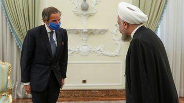 Photo fournie par la présidence iranienne le 26 août 2020 du président Hassan Rouhani (d) accueillant le directeur de l'AIEA Rafael Mariano à Téhéran