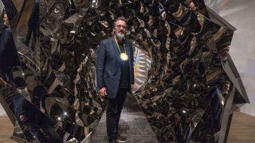 """Olafur Eliasson à côté de son installation """"Your Spiral View"""""""