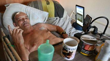 Alain Cocq dans son lit médicalisé à son domicile de Dijon le 12 août 2020