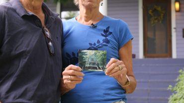 Earl Gohl (à gauche) et Anna Burger tenant une photo de leur maison avant de passer au jardin écolo-responsable.