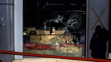 Une dizaine d'inconnus cagoulés et armés de barres de fer ont attaqué vendredi matin le siège du parti néonazi grec Aube Dorée, à Athènes.