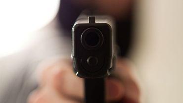 Les malfrats ont menacé le couple notamment à l'aide d'une arme de poing (illustration).
