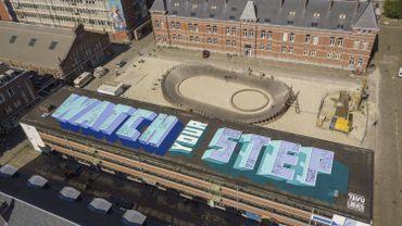 """""""Watch your step"""", une gigantesque fresque de 1000m² peinte sur le toît d'un bâtiment bruxellois"""