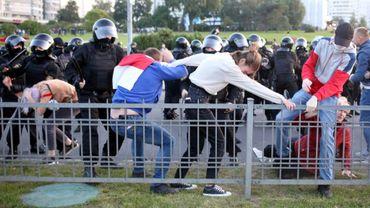 Des policiers arrêtent des manifestants lors d'un rassemblement contre la prestation de serment du président Alexandre Loukachenko, le 23 septembre 2020 à Minsk, au Bélarus