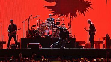 """Le groupe irlandais U2 sur scène à East Rutherford (New Jersey), le 28 juin 2017, pendant son """"Joshua Tree Tour"""""""