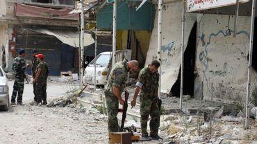 Des soldats syriens inspectent les vestiges d'une rue de Qousseir