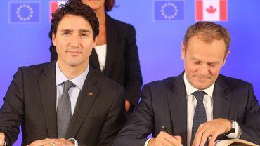 Le premier ministre canadien Justin Trudeau et le président du Conseil européen Donald Tusk lors de la signature du CETA le 30 octobre 2016