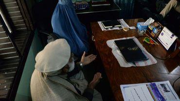 Nadia, une femme afghane avec son père lors d'un entretien dans le bureau de son avocat à Jalalabad le 16 janvier 2017