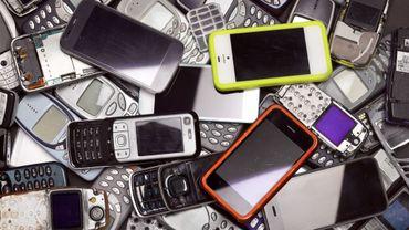 Le nombre de smartphones non utilisés équivaut au poids de 54 Boeing 747-8.