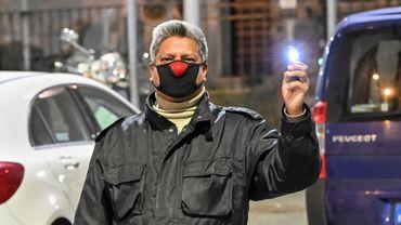 Un fabricant italien de cravates a décidé d'utiliser ses chutes de tissu pour fabriquer des masques antivirus.