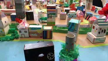 Herstal: des enfants et leurs parents réinventent leur ville sur une maquette géante