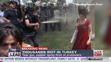 La femme à la robe rouge, nouvelle égérie de la révolution turque