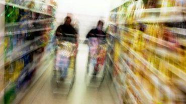 Des personnes font leurs courses dans un supermarché près de Lyon