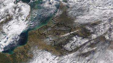 Une très fine ligne neigeuse visible de l'Allemagne à la Belgique