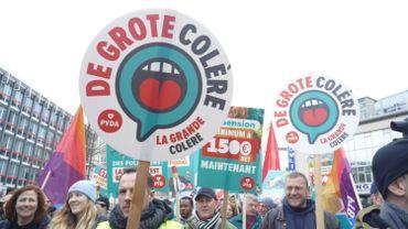 Sondage: le Vlaams Belang toujours en tête en Flandre, le PTB deuxième parti en Wallonie