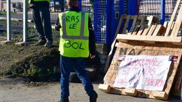 La mobilisation des gilets jaunes français en recul pour leur cinquième journée