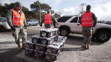 La garde nationale distribue de l'eau en bouteille aux habitants de Flint, Michigan