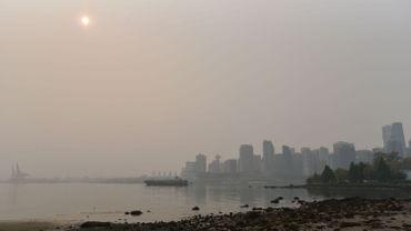 D'épaisses fumées embrument la ville de Vancouver.