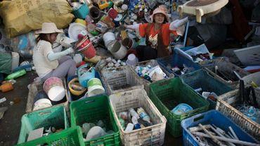 Tri de déchets en plastique dans un centre de traitement à Pékin, le 16 mai 2018