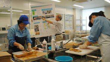 Des employés du port d'Onahama préparent des poissons pour les soumettre à des tests de radiation
