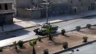 Un char de l'armée syrienne patrouille dans les rues d'Alep