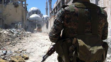 Un soldat loyaliste dans la ville de Homs