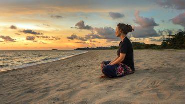 La méditation de pleine conscience est reconnue scientifiquement pour ses bienfaits sur le système immunitaire, la diminution de stress, de la pression artérielle, la douleur et la dépression.