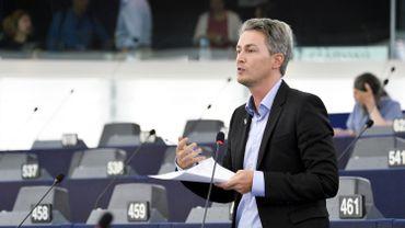 L'eurodéputé PS Hugues Bayet défendant le rapport sur les règles communes pour lutter contre l'évasion fiscale