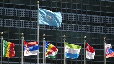 Des drapeaux internationaux avec l'étendart de l'ONU, le 24 septembre 2015, au siège des Nations unies à New York