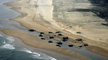 Vue aérienne prise le 28 avril 2007 à la pointe du Cap Ferret de bunkers de la Seconde Guerre mondiale