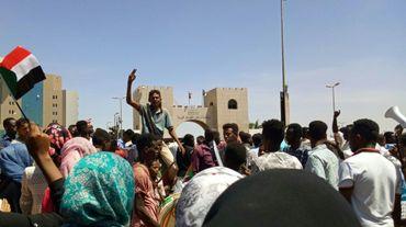 Des manifestants soudanais rassemblés devant le QG de l'armée à Khartoum, le 15 avril 2019
