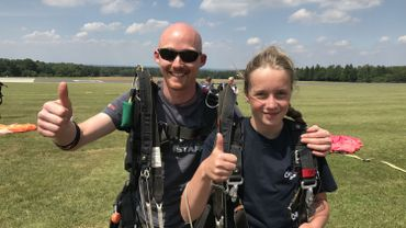 Marie Nicolet, 12 ans, se prépare à vivre un moment exceptionnel.  Elle va sauter en parachute avec Pierre-Yves Brull, moniteur Skydive à Spa.