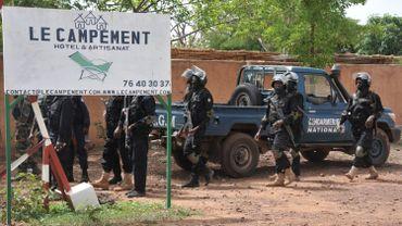 Des agents anti-terroristes à l'entrée du camp de Kangaba, près de Bamako