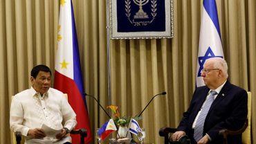 Le président israélien Reuven Rivlin (D) reçoit son homologue philippin Rodrigo Duterte (G) à Jérusalem le 4 septembre 2018