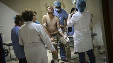 Un soldat arménien blessé est traité dans le sous-sol d'un centre médical près de  Stepanakert le 14 octobre 2020