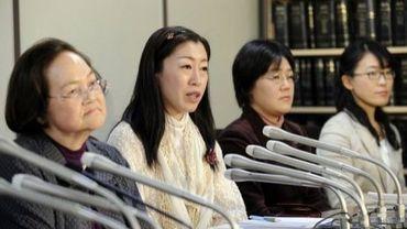 Des Japonaises, qui demandent en justice à garder leur nom, parlent à la presse le 14 février 2011 à Tokyo