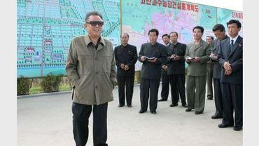 Photo fournie le 4 juin 2011 par l'agence KCNA du leader nord-coréen Kim Jong-Il visitant une exploitation fruitière