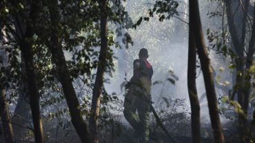 Un pompier éteint l'incendie à Baisy-Thy