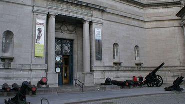 Les deux canons qui étaient partis en restauration à Brasschaat sont de retour à Bruxelles, à l'entrée du Musée royal de l'Armée.